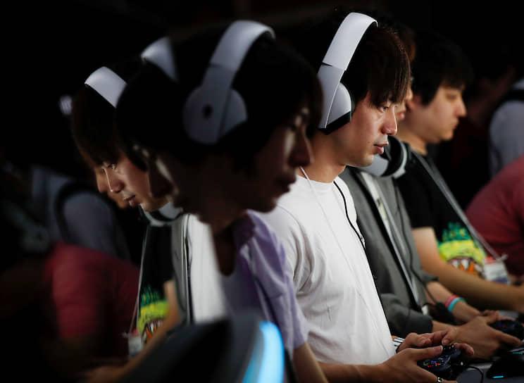 Токио, Япония. Посетители выставки Tokyo Game Show