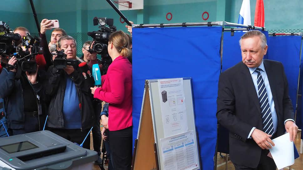 Санкт-Петербург, Россия. Врио губернатора Санкт-Петербурга Александр Беглов (справа) на избирательном участке