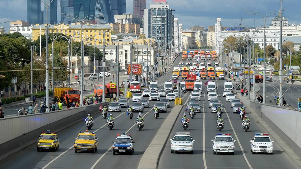 Парад техники стартовал в 11:00 с проспекта Сахарова, а завершился на Садовом кольце