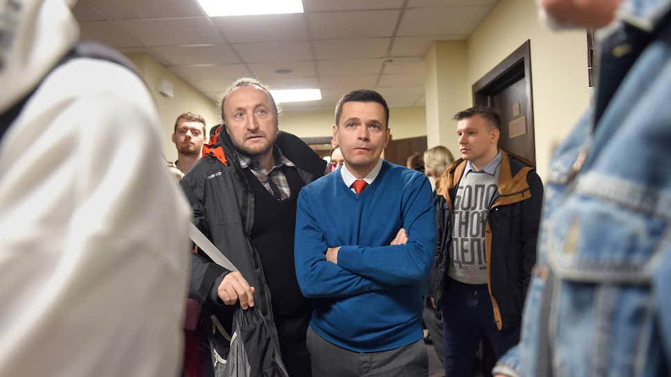 Глава совета депутатов Красносельского района Илья Яшин (в центре)