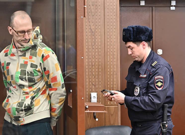 <b>Павел Новиков</b>, 32 года, трудоустроен неофициально <br> Был задержан 29 октября и оставлен под стражей. Обвинялся по ч. 1 ст. 318 УК РФ — дважды ударил полицейского кинолога пластиковой бутылкой. Признал вину. 6 декабря приговорен Тверским судом Москвы к штрафу 120 тыс. руб. и отпущен в зале суда