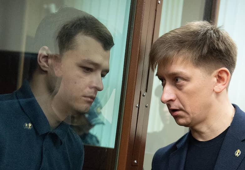 <b>Никита Чирцов</b> (слева), 22 года, программист, предприниматель <br> Был задержан 27 июля в Москве, но вскоре отпущен. 31 июля Лефортовский суд оштрафовал его на 12 тыс. руб. по статье о нарушении правил проведения акции — ч. 5 ст. 20.2 КоАП РФ. Самого Чирцова в зале суда не было. 28 августа Никита Чирцов был задержан в Минске правоохранительными органами Белоруссии и выслан в Россию, где он был задержан и арестован по обвинению в применении насилия к представителю власти (ч. 1 ст. 318 УК РФ). 6 декабря Тверской суд Москвы приговорил Никиту Чирцова к году колонии общего режима. 13 апреля Мосгорсуд сократил срок до 11 месяцев, после чего он был отпущен на свободу с учетом нахождения в СИЗО