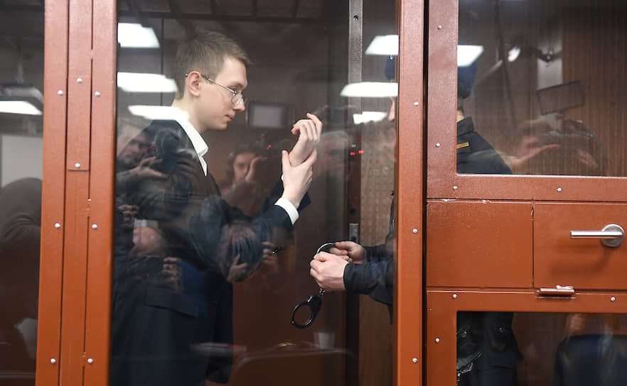<b>Андрей Баршай</b>, 21 год, студент МАИ, один из подписантов открытого письма студентов вузов за освобождение задержанных и осужденных по «московскому делу»<br> Первый раз задержан 10 августа, оштрафован на 15 тыс. руб. по ч. 5 ст. 20.2 КоАП РФ 15 августа. 14 октября был задержан повторно после обыска и 16 октября заключен под стражу Басманным районным судом до 14 декабря. Обвиняется по ч. 1 ст. 318 УК РФ (применение насилия в отношении представителя власти). По версии следствия, с силой толкнул росгвардейца. Вину не признал. 25 ноября направлен на стационарную психиатрическую экспертизу. 18 февраля 2020 года приговорен Мещанским районным судом Москвы к трем годам условно