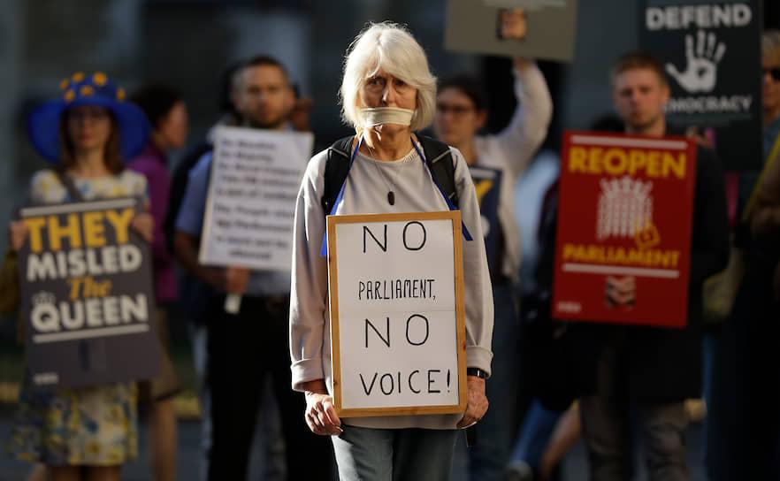 Лондон, Великобритания. Протестующие выражают несогласие перед Верховным судом из-за решения премьер-министра Бориса Джонсона о приостановке работы парламента