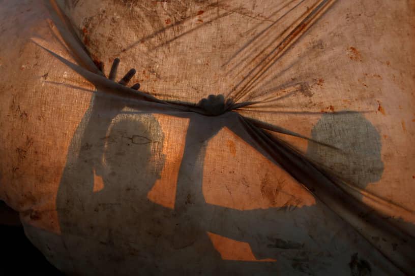 Сектор Газа, Палестина. Рыбаки чинят сети в лагере беженцев