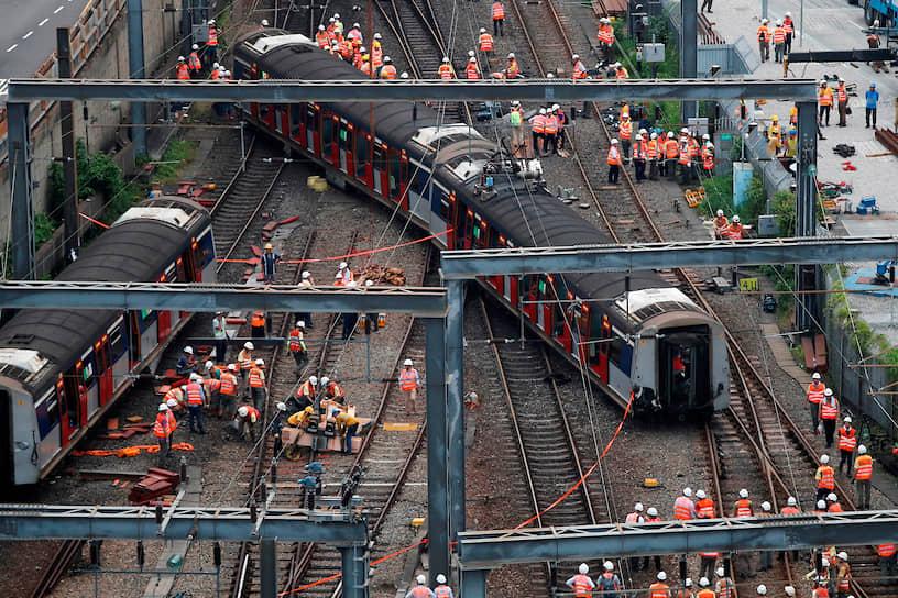 Гонконг, Китай. Сошедший с рельсов поезд