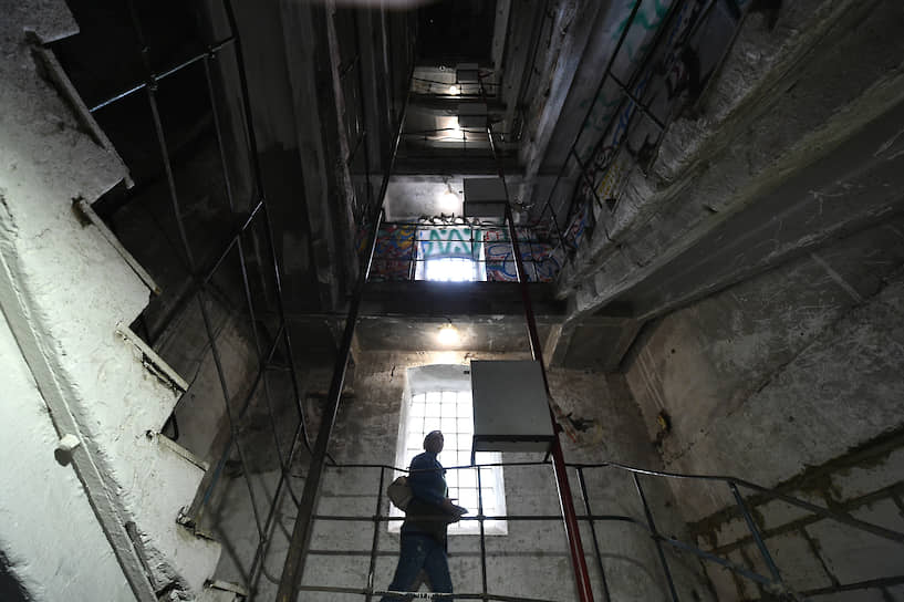 Москва, Россия. Мужчина спускается по лестнице на территории Бадаевского пивоваренного завода