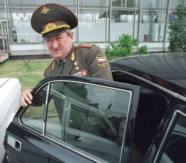 <b>Геннадий Трошев</b> — генерал-полковник армии, Герой России. В августе 1999 года возглавил группировку федеральных сил, отражавшую нападение боевиков на Дагестан. С началом второй чеченской войны — командующий группировкой «Восток» Объединенных федеральных сил на Северном Кавказе. С 2003 года был советником президента России. Погиб 14 сентября 2008 года в авиакатастрофе самолета Boeing 737-500 в Перми