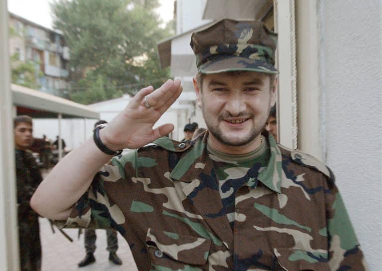 <b>Сулим Ямадаев</b> в первую чеченскую войну воевал на стороне боевиков, был командиром разведгруппы у Хаттаба. Во время второй чеченской с приходом федеральных сил в Гудермес вместе с 5 тыс. верных ему сторонников перешел на их сторону. С 2003 года — командир батальона «Восток». В 2003–2006 годах батальон под командованием Ямадаева уничтожил более 400 боевиков, в том числе полевого командира Абу аль-Валида. Герой России. Был убит 28 марта 2009 года в подземном гараже элитного комплекса в Дубае