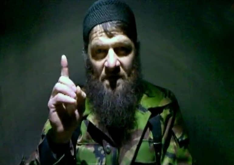 <b>Доку Умаров</b> — один из наиболее влиятельных командиров боевиков. Активно участвовал в во второй чеченской войне, в январе 2000 года при прорыве из Грозного он был тяжело ранен в челюсть. После гибели Шамиля Басаева в 2006 году стал «террористом номер один» в России. В 2007 году провозгласил «Кавказский эмират» — исламистскую террористическую организацию, возглавил его. Взял ответственность за подрыв поезда «Невский экспресс» (2009), взрывы в московском метро (2010), взрыв в аэропорту Домодедово (2011) и другие теракты. Ликвидирован 7 сентября 2013 года
