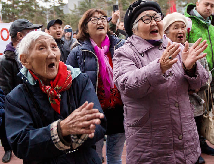 Улан-Удэ, Россия. Участники митинга с требованием повторных выборов мэра города в парке «Юбилейный»