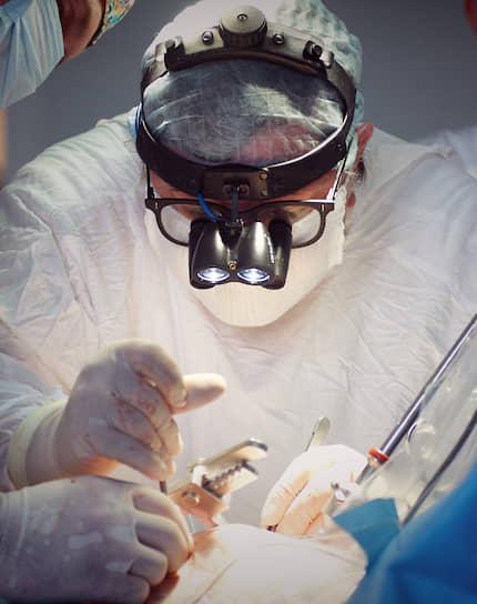 Барнаул, Россия. Хирург во время операции на сердце в Алтайском краевом кардиологическом диспансере