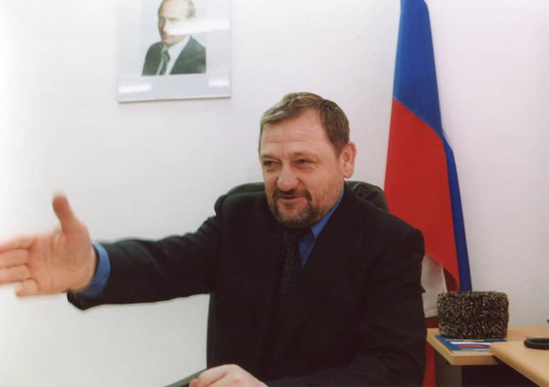 <b>Ахмат Кадыров</b> с 1995 по 2000 год был муфтием самопровозглашенной Чеченской Республики Ичкерия (ЧРИ). Во время второй чеченской войны сыграл ключевую роль в мирной передаче большинства сел и городов Гудермесского района Чечни под контроль федеральных сил. В сентябре 1999 года заявил о готовности выступить против ваххабитов. 10 октября 1999 года президент ЧРИ Аслан Масхадов снял Кадырова с должности муфтия с мотивировкой: «враг чеченского народа», который «подлежит уничтожению». Кадыров в ответ объявил о неподчинении президенту Масхадову. Первый президент Чеченской Республики (2003–2004). 9 мая 2004 года погиб при теракте на стадионе «Динамо» в Грозном