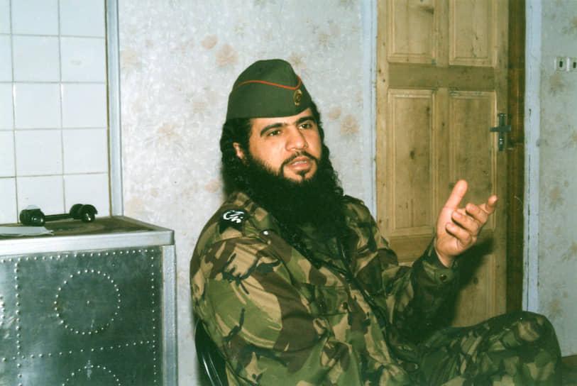 <b>Самер Салех ас-Сувейлем</b> (известен как Хаттаб) — исламистский террорист, полевой командир, до Чечни воевал в Афганистане и Таджикистане. В 1999 году совместно с Шамилем Басаевым руководил рейдами боевиков на территории Дагестана, оказывая вооруженную поддержку местным исламским радикалам. Являлся связующим звеном между чеченскими боевиками и международными террористическими структурами. Был заказчиком взрывов жилых домов в Буйнакске, Москве и Волгодонске. Ликвидирован 20 марта 2002 года