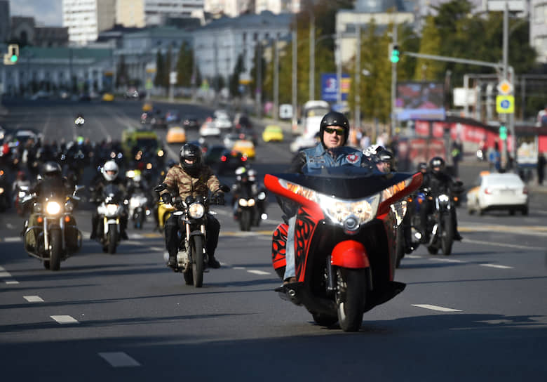 По сообщениям мэрии, мотопарад сопровождался концертом и показательными выступлениями спортсменов