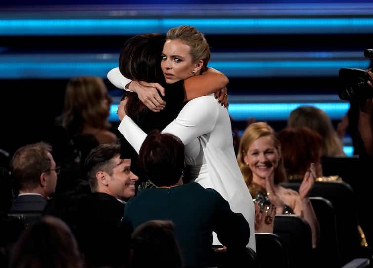 Актриса Джоди Комер (справа) получает награду в номинации «Лучшая женская роль в драматическом сериале» за роль в сериале «Убивая Еву»