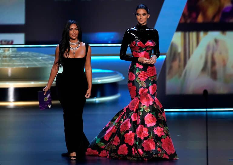 Звезды реалити-шоу Ким Кардашьян и ее сестра Кендалл Дженнер представляют номинацию «Лучшее реалити-шоу»
