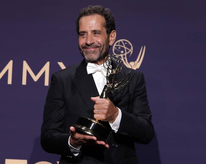 Актер Тони Шалуб с наградой за «Лучшую мужскую роль второго плана в комедийном сериале» за роль в «Удивительной миссис Мейзел»