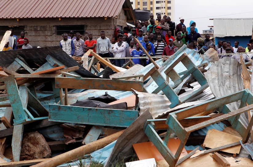 Найроби, Кения. Местные жители около обрушившегося здания школы
