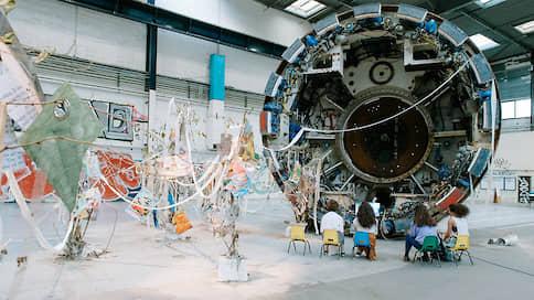 Художники захватили завод  / La Biennale de Lyon открылась в 15-й раз