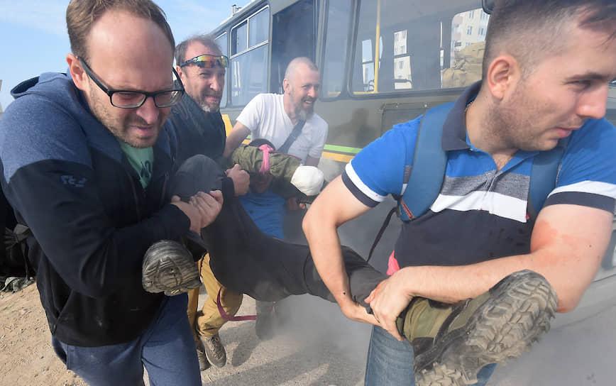 Эвакуация пострадавшего после учебного подрыва автобуса