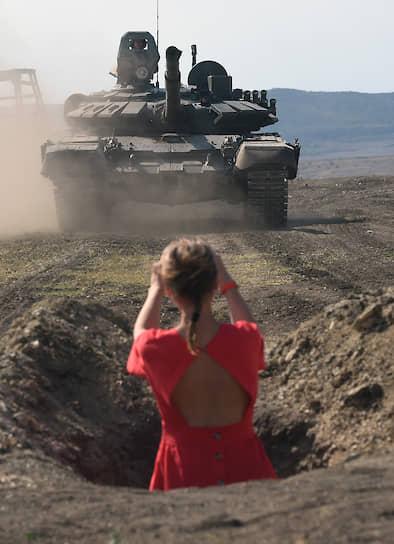 На полигоне журналисты попробовали одно из основных упражнений в рамках занятий по общевойсковым дисциплинам — обкатку танком
