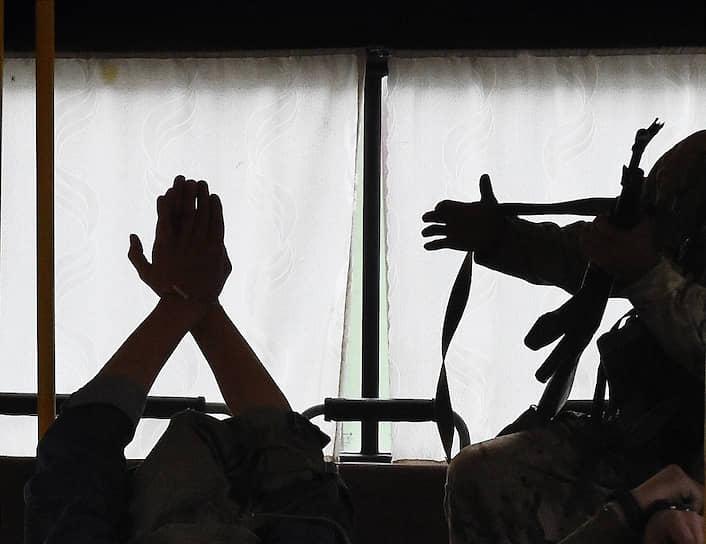 Учебный захват журналистов террористами в автобусе, который двигался в составе колонны
