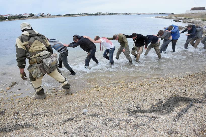 «Захваченных» журналистов ведут в лагерь боевиков