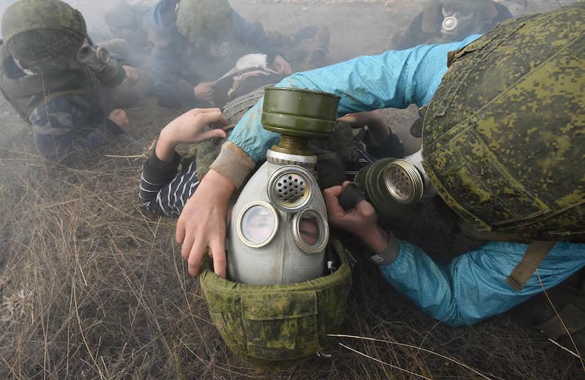 На практических занятиях журналистов учили оказывать первую медицинскую помощь во время газовой атаки или задымления, задействовав противогазы