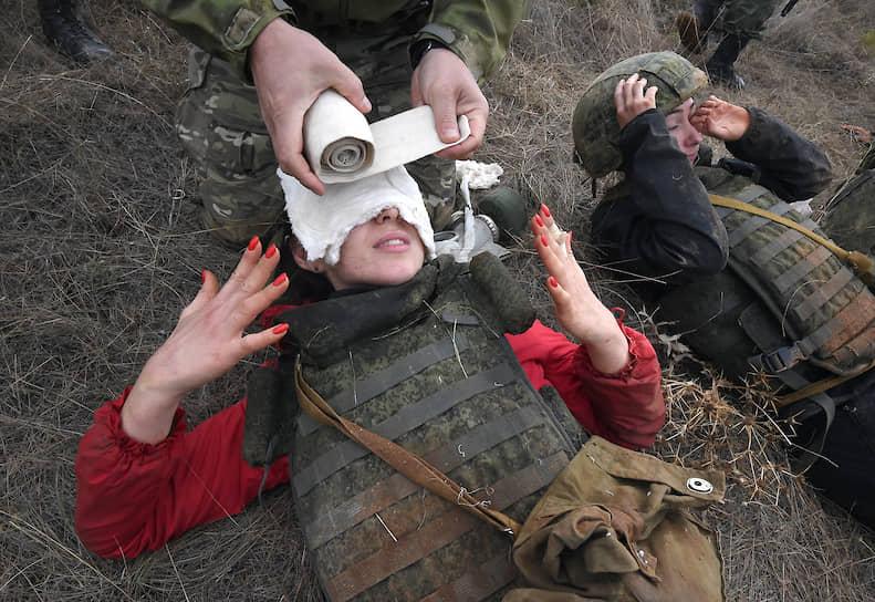Журналисты-слушатели курсов во время оказания первой помощи при ожоге лица