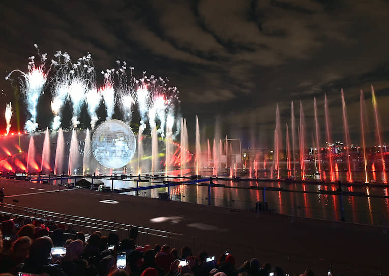 Фестиваль проходил на девяти площадках столицы, в том числе Гребном канале, Театральной площади, проспекте Академика Сахарова