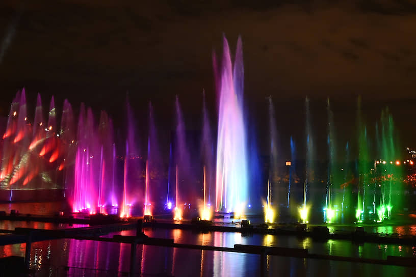 Мультимедийный световой мюзикл «Семь нот» во время церемонии открытия фестиваля на Гребном канале