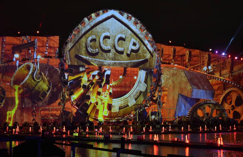 Церемония закрытия фестиваля прошла на Гребном канале состояла из двух частей – свето-пиротехнического шоу «Код единства» и высотного фейерверка