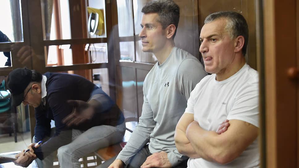 Совладелец группы компаний «Сумма» Зиявудин Магомедов (в центре) и его брат Магомед Магомедов (справа)