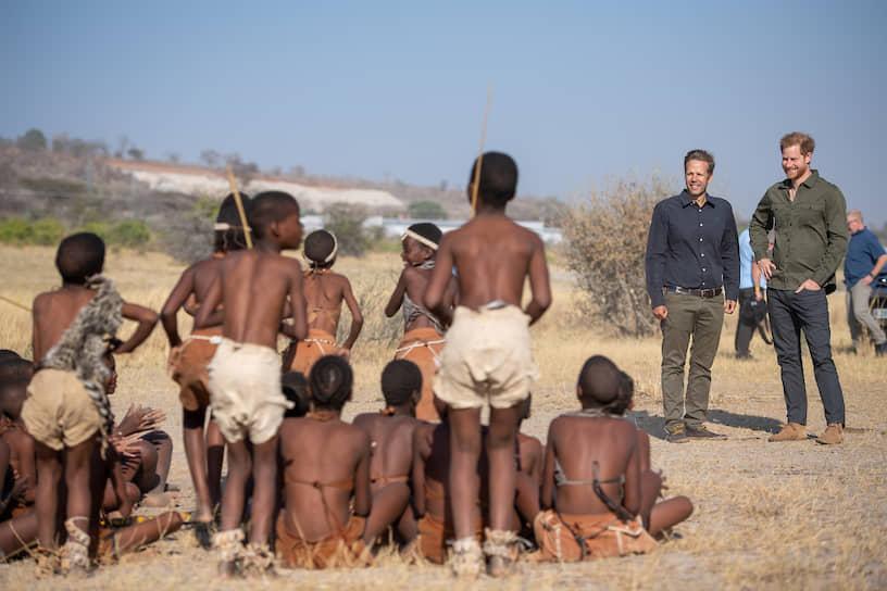 Национальный парк Чобе, Ботсвана. Дети встречают британского принца Гарри (справа) во время мероприятия по посадке деревьев