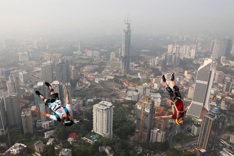 Куала-Лумпур, Малайзия. Бейсджамперы прыгают с небоскреба