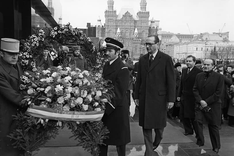 Теплые отношения между Россией и Францией установились еще в бытность Жака Ширака премьер-министром при президенте-социалисте Франсуа Миттеране (1981-1995). В студенчестве и сам Ширак был сторонником левых взглядов, но в политике занимал позицию правых центристов <br> На фото: премьер Франции Жак Ширак во время возложения венка к Мавзолею В.И.Ленина