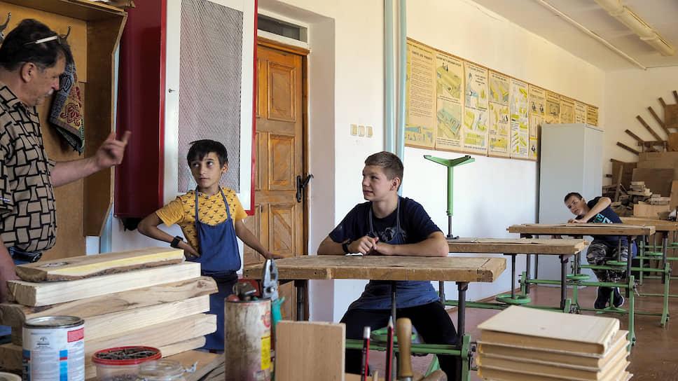 Мальчики на занятиях по столярному делу