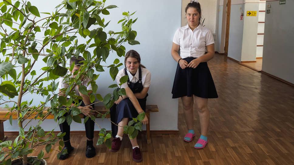 Воспитанницы интерната на перемене