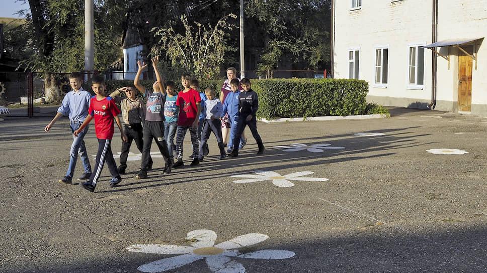 Учащиеся интерната по дороге в столовую