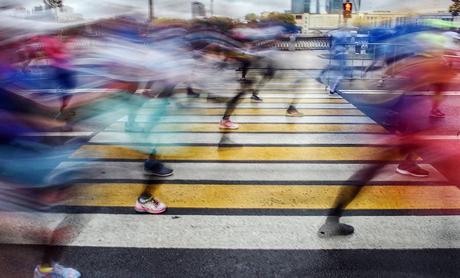 "Москва, Россия. Участники Московского <a href=""https://www.kommersant.ru/gallery/4101840"">марафона</a> во время забега"