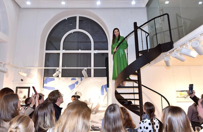 Владелица Askeri Gallery Полина Аскери (в центре) во время церемонии открытия выставки художника Павла Полянского