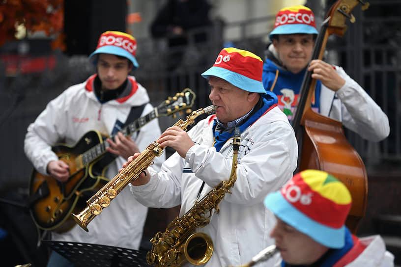 Джазмен Игорь Бутман (в центре) на Киевском вокзале перед отправлением поезда в Калугу на церемонию открытия производственного комплекса «Мануфактуры Боско»