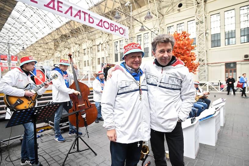 Джазмен Игорь Бутман (слева) и певец Валерий Сюткин на Киевском вокзале перед отправлением поезда в Калугу на церемонию открытия производственного комплекса «Мануфактуры Боско»