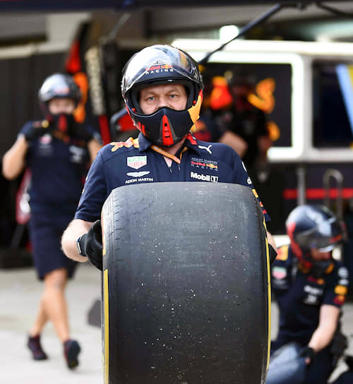 Команда Aston Martin Red Bull Racing во время смены колес