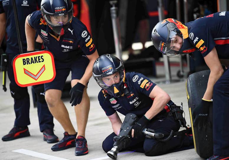 Команда Aston Martin Red Bull Racing во время заезда