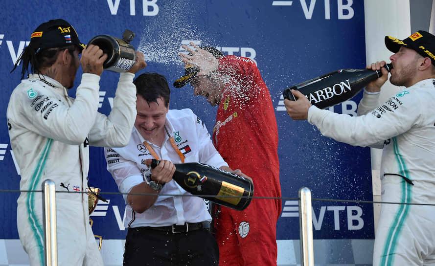 Пилоты команды Mercedes Льюис Хэмильтон (слева), Валттери Боттас и пилот команды Ferrari Шарль Леклер (второй справа) во время церемонии награждения
