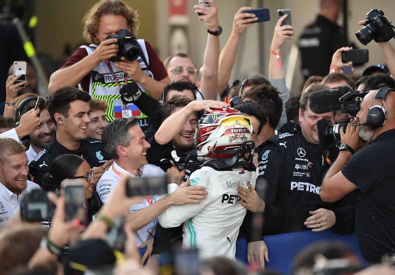 Пилот команды Mercedes Льюис Хэмильтон (в центре) после окончания заездов