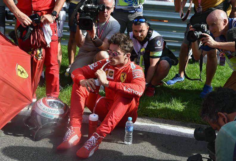 Пилот команды Ferrari Шарль Леклер (в центре)