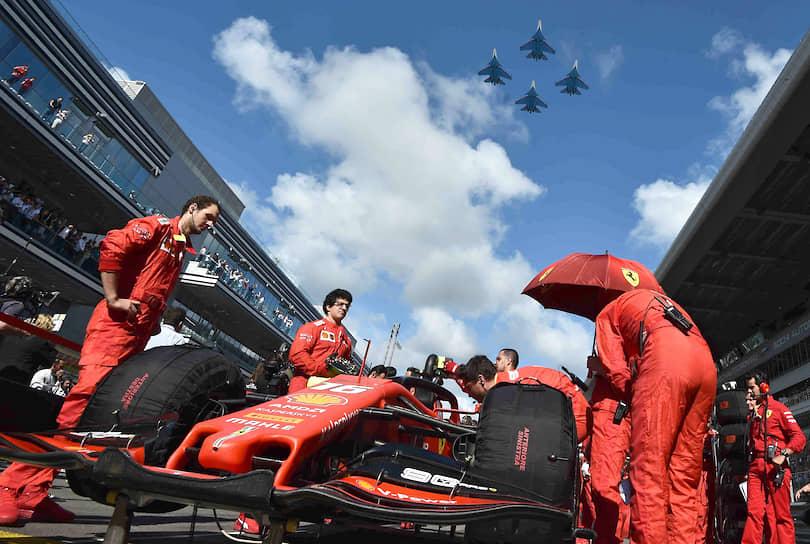 Команда Ferrari во время подготовки к заезду